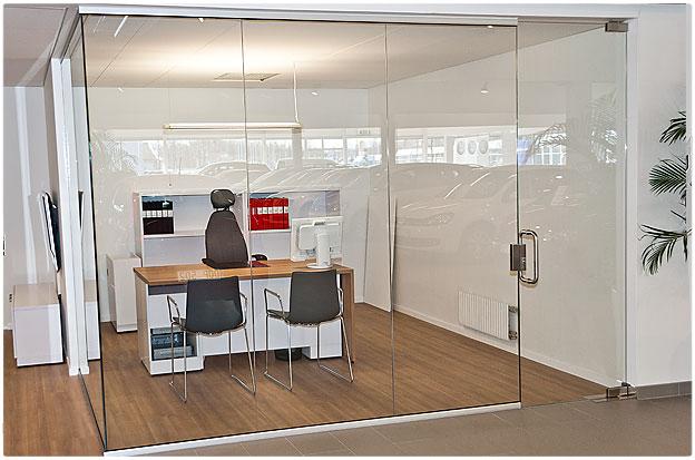 Toimisto lasiseinät ja ovi laseja