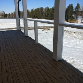 terassikaiteet ja lunta järvinäkymä