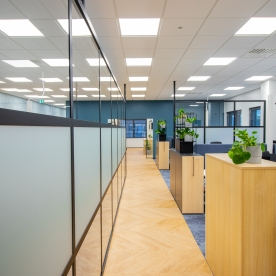 lasiseinä tilanjakajana toimistossa c